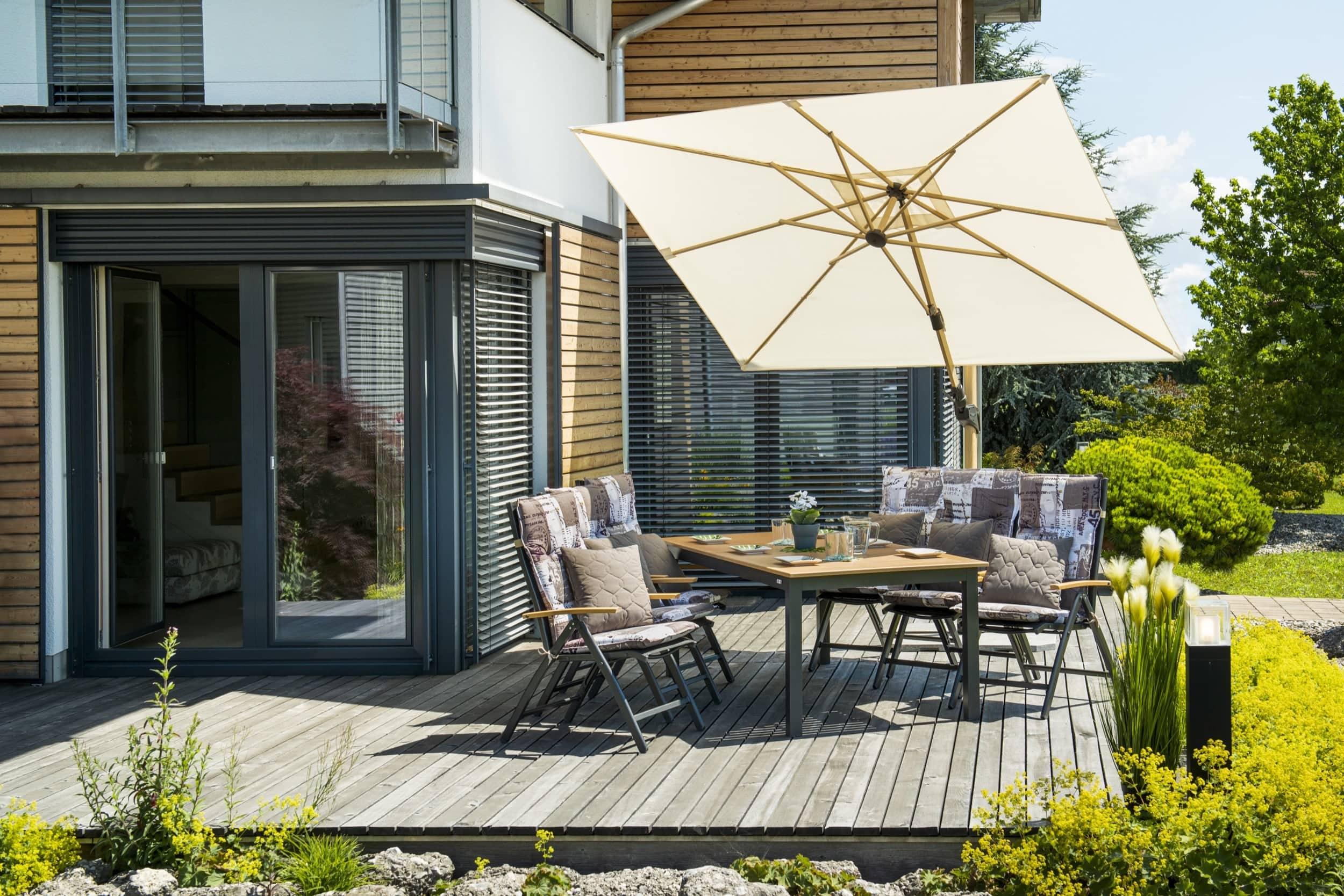 doppler Sonnenschirm Alu Wood 300x220 in natur auf Terrasse